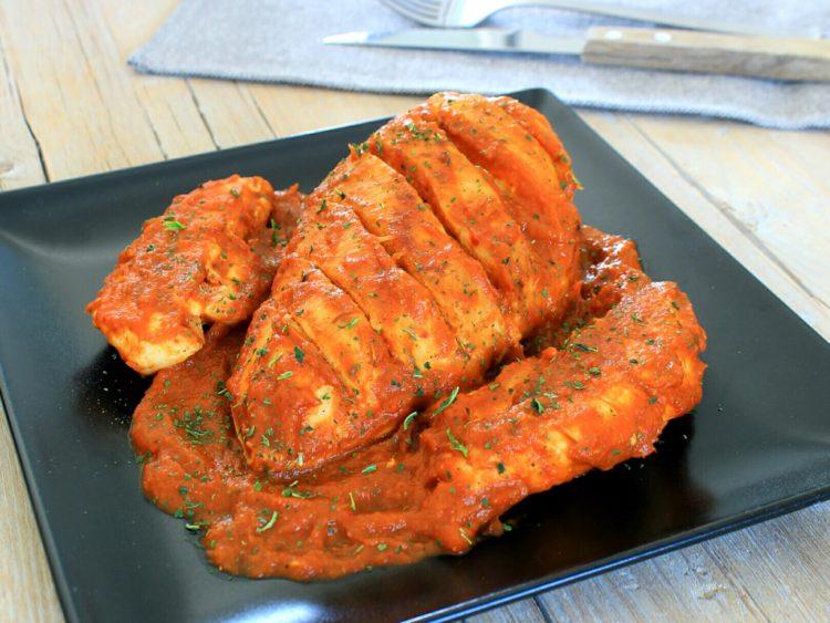Salsa de Tomate Fit Casera (acompañando pechugas de pollo a la plancha)